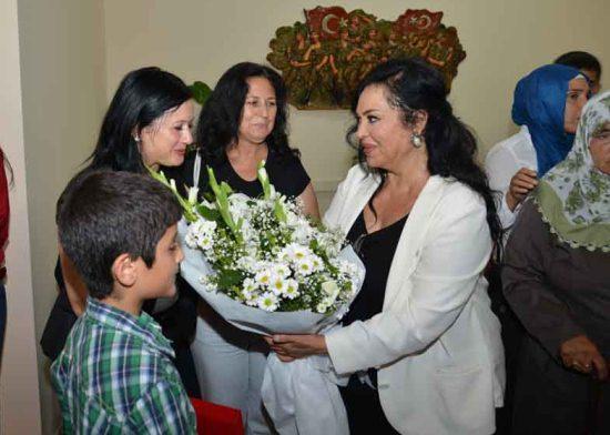 Türkan Şoray'dan şehit ailelerine plaket