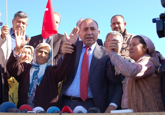 Başbakan'a sordu: Adana'da neler oluyor?
