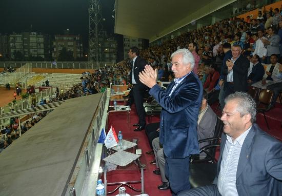 Develi, Demirspor maçını Aldırmaz ile izledi