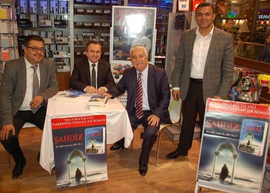 Kemal Derin Ada'da Kitaplarını İmzaladı