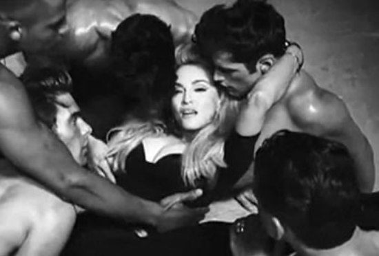 Erotik şarkılar erken yaşta cinsel ilişkiye yol açabiliyor