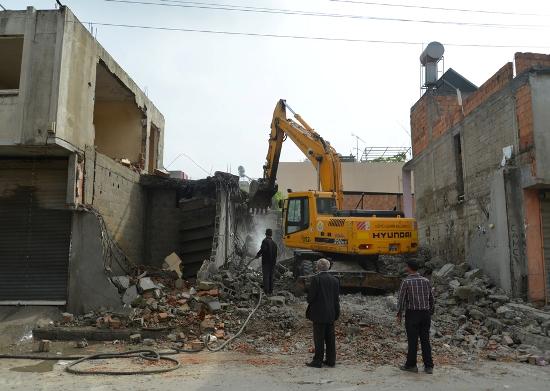 Evler, bulvarlar için yıkılıyor