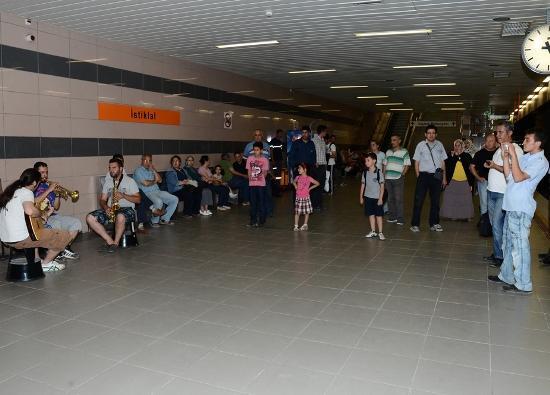 Metro yolcularına müzik