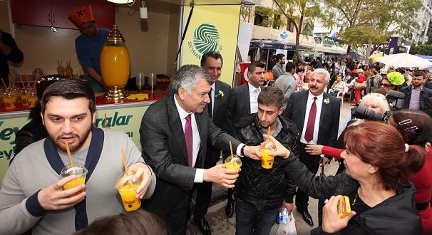 Adana'da Vatandaşa Portakal Suyu