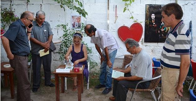 Zeybak, Aratos Kültür Sanatevi'nde İmzalıyor