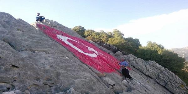 Dağın Zirvesine 35 Metrekare Bayrak