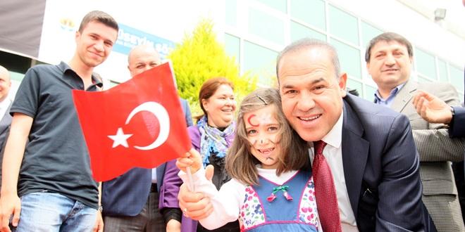 """""""Türkiye'yi geleceğe, mutlu çocuklar taşıyacak."""""""