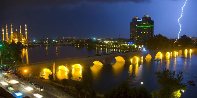 1600 yıllık Taşköprü ışıl ışıl oluyor