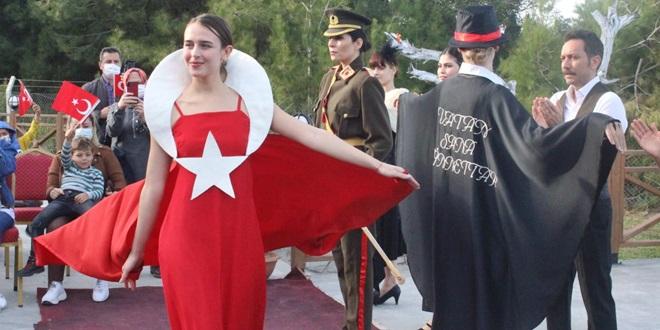 KARATAŞ'TA CUMHURİYET DÖNEMİ KADIN KIYAFETLERİ DEFİLESİ